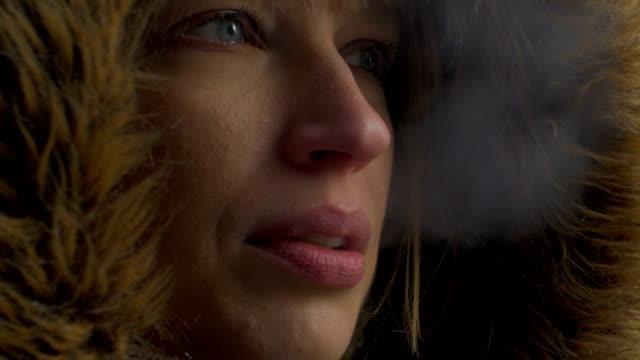 das rauchen in den winter - sichtbarer atem stock-videos und b-roll-filmmaterial