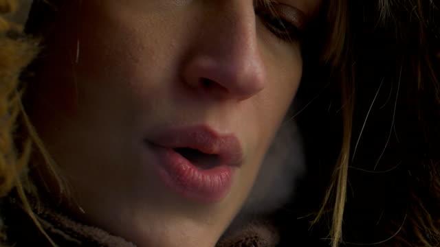 stockvideo's en b-roll-footage met smoking in the winter - zichtbare adem