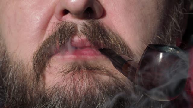 vídeos y material grabado en eventos de stock de fumar la boca del hombre - boquilla producto relacionado con el tabaco
