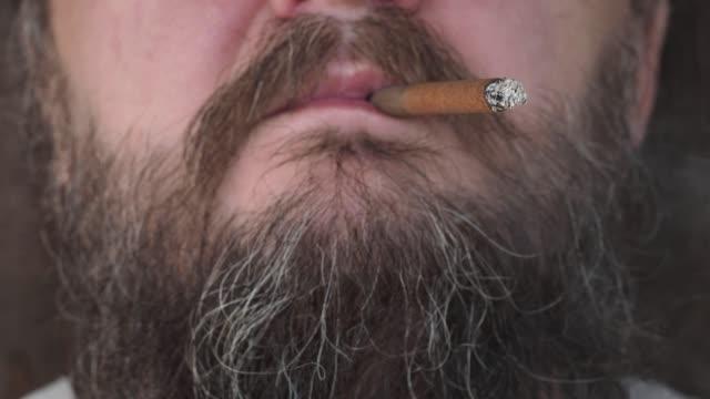 喫煙男の口 - 東ヨーロッパ民族点の映像素材/bロール