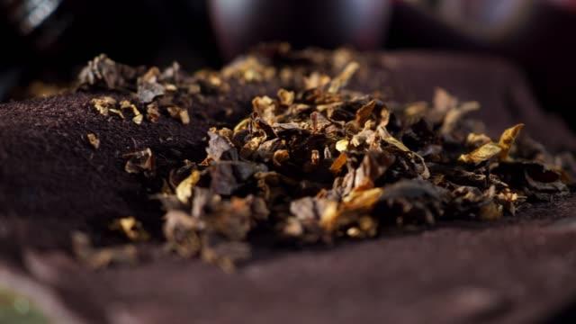 pfeifen und tabak - tabakwaren stock-videos und b-roll-filmmaterial