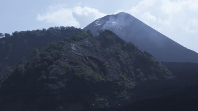 vídeos y material grabado en eventos de stock de smoking volcano filmed from sea, day,  barren island, andaman islands, march 2011 - mar de andamán