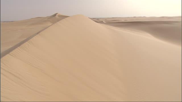 vidéos et rushes de smooth dunes of sand characterize an egyptian desert. - moyen orient