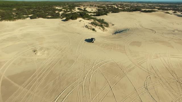 släta vägar aldrig gjort för roligt äventyr - namibian desert bildbanksvideor och videomaterial från bakom kulisserna