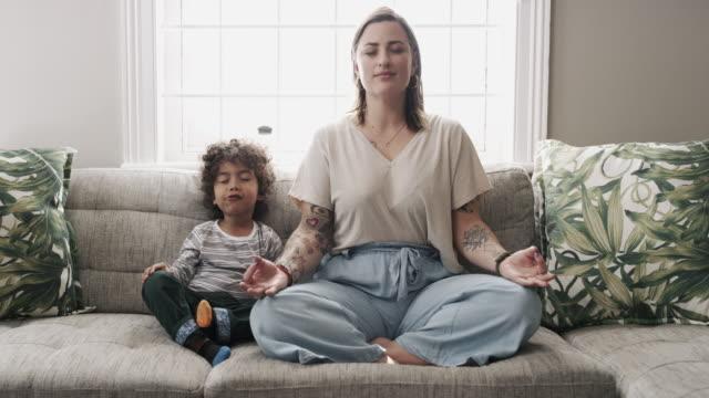snacking beim fühlen des zen - meditieren stock-videos und b-roll-filmmaterial