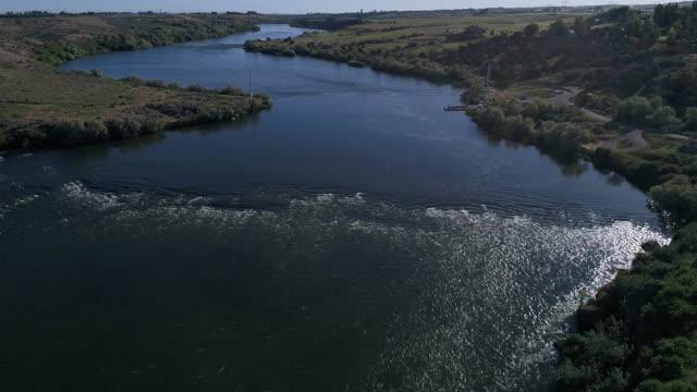 vídeos y material grabado en eventos de stock de antena del río de la serpiente - río snake