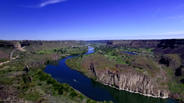 snake river canyon fly over (4k) - river snake stock videos & royalty-free footage