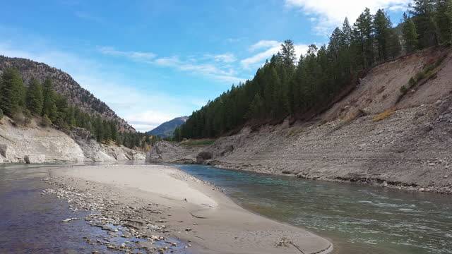 vídeos y material grabado en eventos de stock de snake river in jackson canyon during low runoff in the fall - río snake