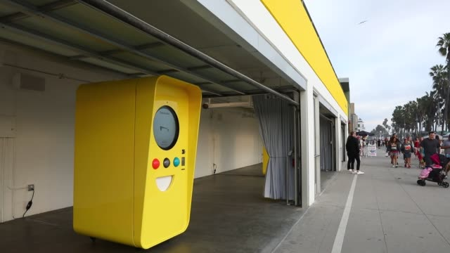 snapchat spectacles by snap inc vending machine popup store at 701 ocean front walk in the venice neighborhood of los angeles california us on... - スナップチャット点の映像素材/bロール