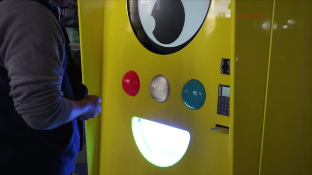 snapchat spectacles kiosk grand opening in santa monica pier standing in front of kiosk and purchasing spectacles - スナップチャット点の映像素材/bロール