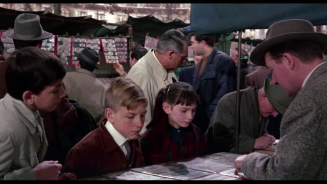 vidéos et rushes de 1963 sneaky man (cary grant) tracks furtive criminal (james coburn) through crowd of street vendors - marché établissement commercial