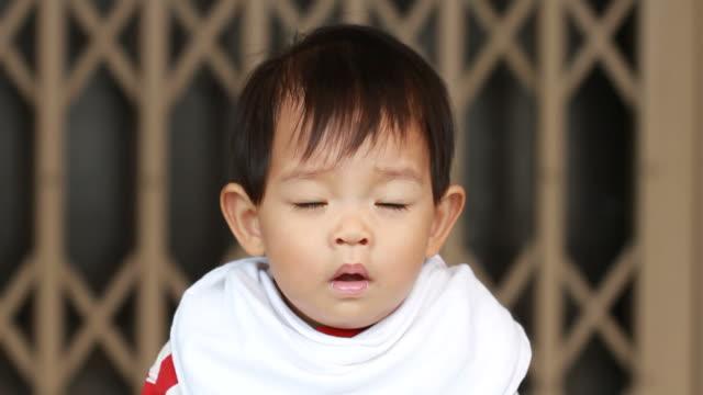 vídeos y material grabado en eventos de stock de sneeze niño - estornudar