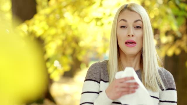 vídeos y material grabado en eventos de stock de estornudos - estornudar