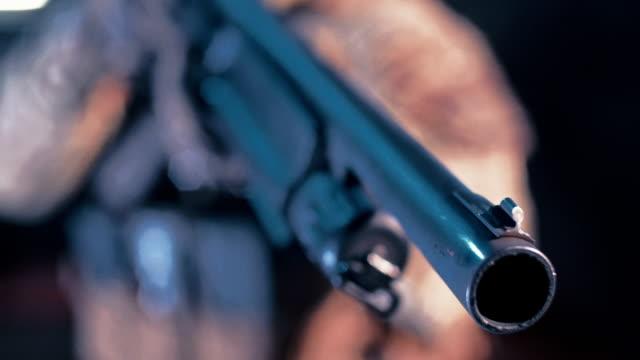 撮影範囲で狙撃の訓練。武器にクローズ アップ - 銃撃事件点の映像素材/bロール