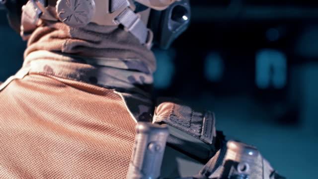 vidéos et rushes de formation de sniper sur un champ de tir. mitrailleuses - viser