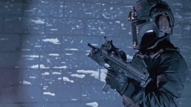 vidéos et rushes de formation de sniper sur un champ de tir. masque protecteur - viser