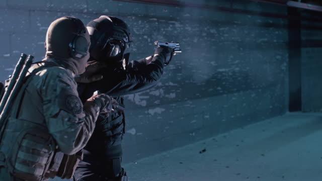 射撃の範囲の狙撃兵の訓練。2人のための訓練。 - 銃撃事件点の映像素材/bロール