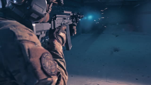 射撃場でのスナイパーのトレーニング - 銃撃事件点の映像素材/bロール