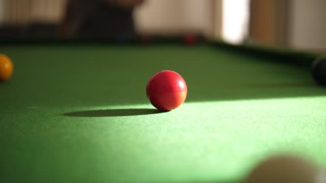 週末にプレーするためのスヌーカースポーツ - キューボール点の映像素材/bロール