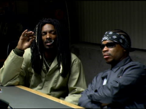 snoop dogg and xzibit at the set of korn's new music video 'twisted transistor' on october 6, 2005. - xzibit点の映像素材/bロール