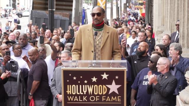 vídeos de stock e filmes b-roll de speech snoop dogg at snoop dogg star on the hollywood walk of fame in los angeles ca - hollywood walk of fame