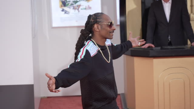 "vidéos et rushes de snoop dogg at the ""once upon a time in hollywood"" premiere at tcl chinese theatre on july 22, 2019 in hollywood, california. - célébrité"