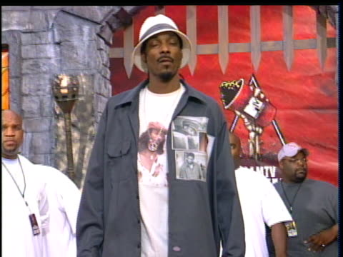snoop dogg attending the 2004 mtv movie awards snoop dogg wearing a printed tshirt of himself - 2004 bildbanksvideor och videomaterial från bakom kulisserna