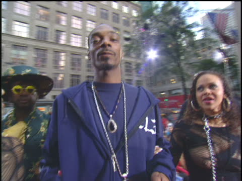 snoop dogg has women on leashes on the 2003 mtv video music awards red carpet - 2003年点の映像素材/bロール
