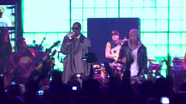 snoop dogg, pharrell williams, travis barker at the famous stars and straps celebrates their 10th anniversary & 10th album at hollywood ca. - スヌープ・ドッグ点の映像素材/bロール