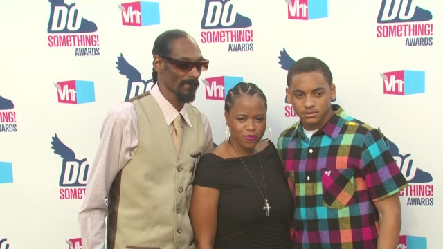 snoop dogg, shante broadus and corde calvin broadus at the 2010 vh1 do something awards at hollywood ca. - do something awards stock videos & royalty-free footage