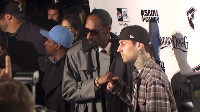 stockvideo's en b-roll-footage met snoop dogg travis barker at the famous stars and straps celebrates their 10th anniversary 10th album at hollywood ca - travis barker