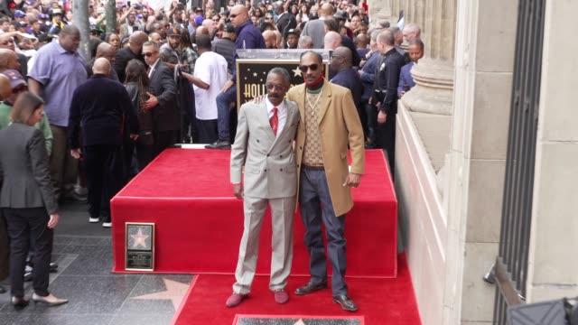 vídeos de stock e filmes b-roll de snoop dogg, vernell varnado at snoop dogg star on the hollywood walk of fame in los angeles, ca 11/19/18 - passeio da fama de hollywood
