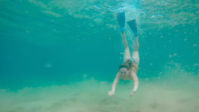 stockvideo's en b-roll-footage met snorkelen - zwemvlies