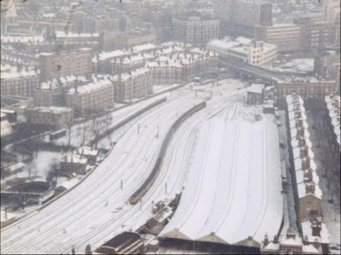snow and ice cause disruption to rail services england london richmond int commuters down steps into train station / ms people mill round destination... - järnvägsstation bildbanksvideor och videomaterial från bakom kulisserna