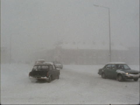 vidéos et rushes de snow and ice causes travel chaos england lancashire sign m6 pan to snow covered motorway high angle shot traffic along motorway ms traffic along on... - lancashire