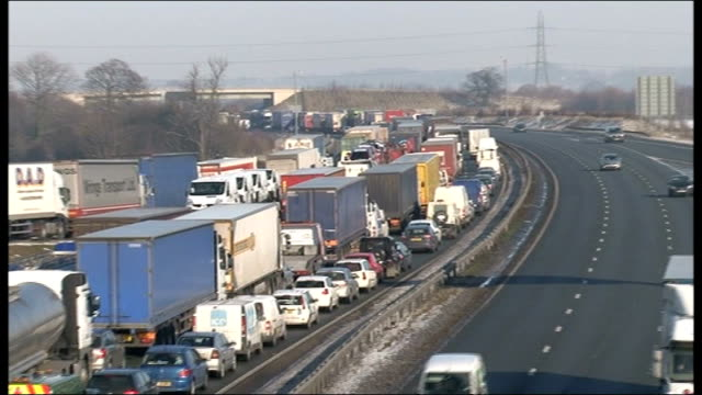 snow and ice causes travel disruption and school closures; england: north yorkshire: a1: ext high angle view long tailback on a1 zoom out traffic jam... - traffic jam点の映像素材/bロール