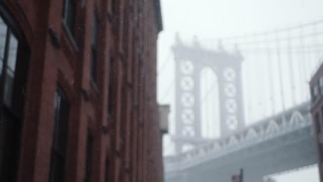 snow at the brooklyn bridge - brooklyn bridge stock videos & royalty-free footage