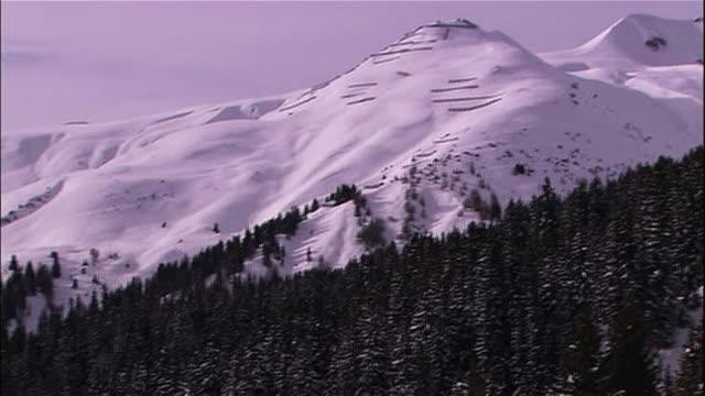 snow blankets slopes in the swiss alps. - ダボス点の映像素材/bロール