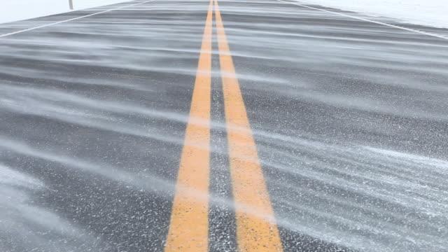 snow blasen in ein winter zweispurige straße - endlos film stock-videos und b-roll-filmmaterial