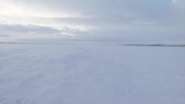 vidéos et rushes de snow blowing across landscape - endroit isolé