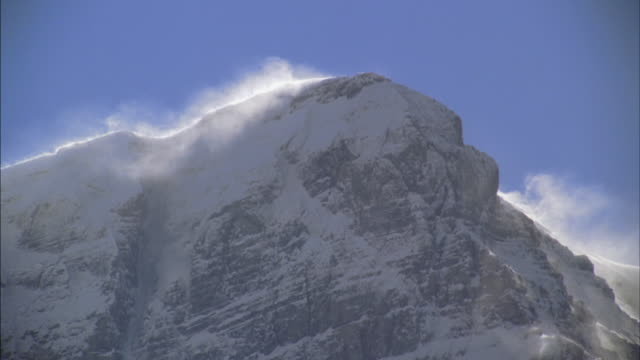 stockvideo's en b-roll-footage met ms snow blowing off mountain in columbia icefield/ jasper national park, alberta, canada - jasper national park