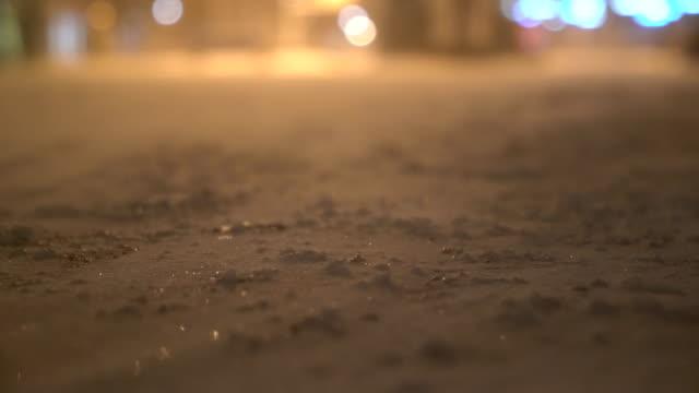 Sneeuw over weg te blazen
