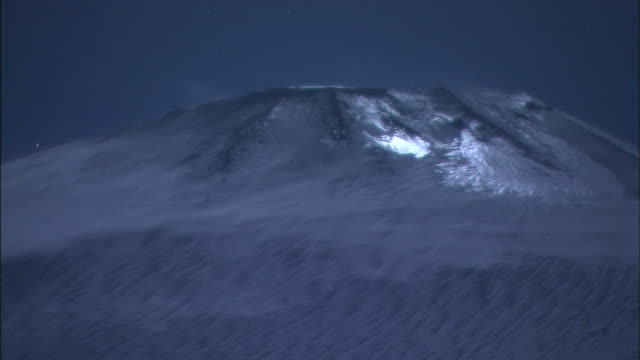 snow blows across the top of mt. iwate in japan. - schneebedeckt stock-videos und b-roll-filmmaterial