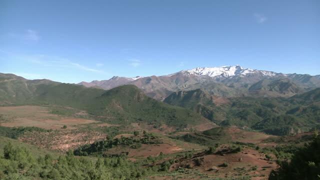 vídeos de stock e filmes b-roll de ws pan snow capped atlas mountains / marrakech, morocco - paisagem cena não urbana