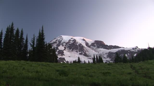 ws, zi, snow capped mount rainier, mount rainier national park, washington, usa - mt rainier national park stock videos & royalty-free footage
