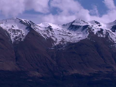 vidéos et rushes de ws, pan, snow capped mountain range, new zealand - 50 secondes et plus