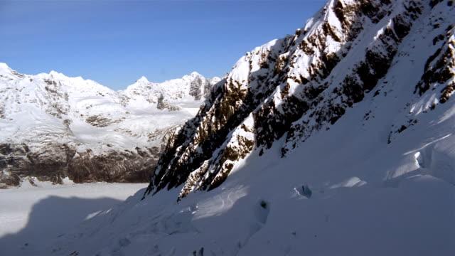 vídeos de stock e filmes b-roll de low aerial, snow capped mountains and river, blackstone bay, alaska, usa  - alasca
