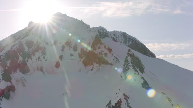aerial schneebedeckte mt. hood im sonnenschein - aircraft point of view stock-videos und b-roll-filmmaterial