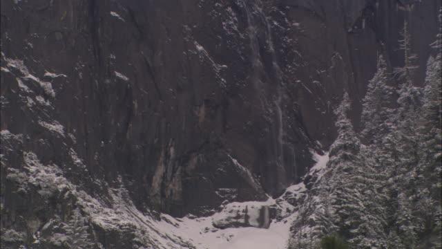 vídeos de stock, filmes e b-roll de ms, tu, snow capped sheer rock face, yosemite national park, california, usa - paredão rochoso