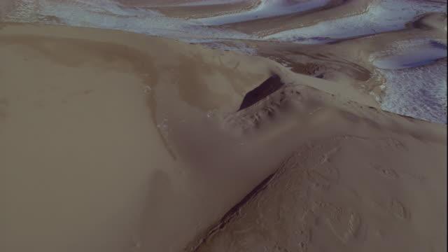 vidéos et rushes de snow clings to sand dunes in the gobi desert. available in hd. - désert de gobi